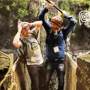 Mochileros disfrutando de la selva en perú