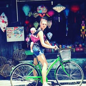 Madre e hija turistas en el mundo