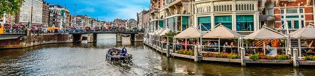 Canales de Amsterdam en Holanda. Vacaciones felices