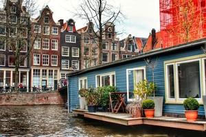 Casa flotante en los canales de Amsterdam