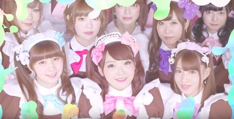 Chicas disfrazadas como doncellas en akihabara