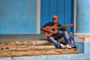 Cubano tocando la guitarra en las calles de la Habana