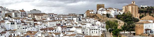 Un cultural pueblo de color blanco parte de la Sierra de Cádiz en Andalucía