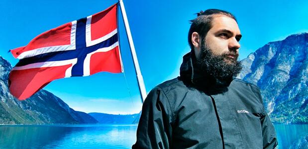 Hombre Islandés haciendo la Ruta dorada en la naturaleza de Islandia
