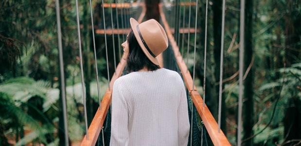 Chica en puente de selva tropical  en vacaciones
